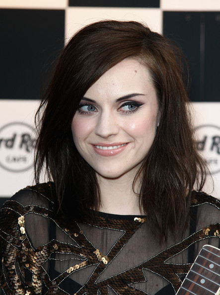 AMY MACDONALD Medium Straight Cut