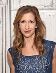 Alysia Reiner looked lovely wearing this long wavy 'do while visiting AOL Build.
