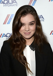 Hailee's flowing waves were a naturally beautifully look for the young star.