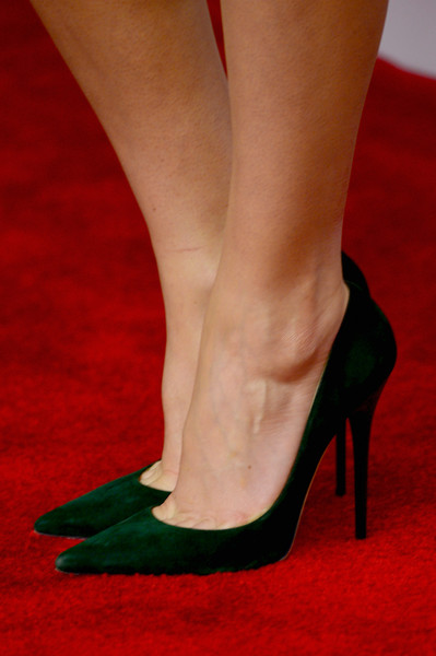 Felicity Jones matched her green dress with a stunning pair of green pointed court shoes.