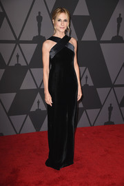 Holly Hunter worked a minimalist-chic vibe in a black Akris velvet gown with a crisscross neckline at the Governors Awards.