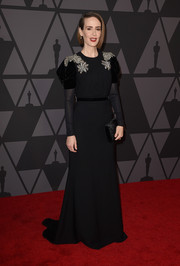 Sarah Paulson complemented her dress with a black velvet envelope clutch by Tyler Ellis.