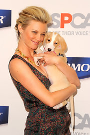 Amy Smart arrived at the launch of PetArmor Protection Promise wearing her blond tresses in a voluminous French twist.