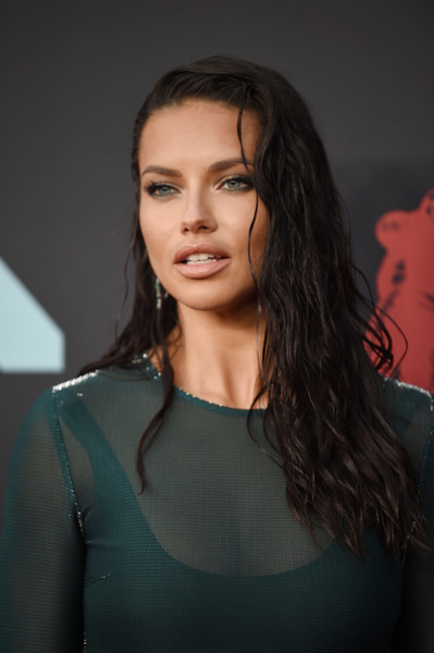 Adriana Lima Long Wavy Cut [hair,face,hairstyle,eyebrow,beauty,fashion,lip,long hair,chin,brown hair,arrivals,adriana lima,mtv video music awards,prudential center,newark,new jersey]