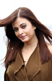 Aishwarya Rai brought out her green eyes with a purple shadow and light mascara.