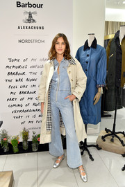 Alexa Chung topped off her outfit with a cream-colored trenchcoat.