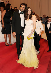Liv Tyler complemented her stunning Givenchy couture gown with a vibrant yellow hard case clutch.