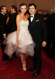 Orlando Bloom posed with Miranda Kerr in a classic black 3-piece suit for the Met Gala.