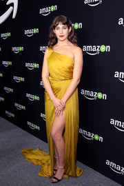 Lola Kirke looked divine in a draped yellow one-shoulder gown by Monique Lhuillier during Amazon's Golden Globes celebration.