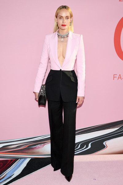 Amber Valletta Pantsuit [clothing,fashion,pink,fashion model,pantsuit,suit,blazer,formal wear,lip,outerwear,arrivals,amber valetta,cfda fashion awards,brooklyn museum of art,new york city]