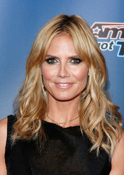 Heidi Klum wore her hair down with beachy waves and center-parted bangs during the 'America's Got Talent' red carpet event.