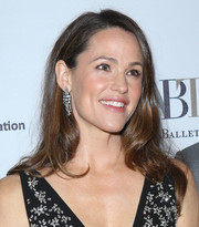 Jennifer Garner accessorized with a pair of Neil Lane diamond chandelier earrings that matched the embellishments on her dress.