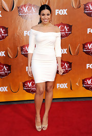 Jordin Sparks topped off her sleek off-the-shoulder dress with nude peep-toe pumps.