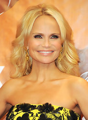 Kristin Chenoweth wore soft metallic shades of shadow with a hint of glitter at the 2011 American Country Awards.