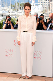 Riley Keough completed her all-white attire with a pair of cuffed, wide-leg pants, also by Sonia Rykiel.