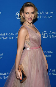 Scarlett Johansson arrived for the 2018 American Museum of Natural History Gala carrying an elegant gold box clutch.