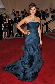 Mariska is striking in a deep blue strapless evening dress.