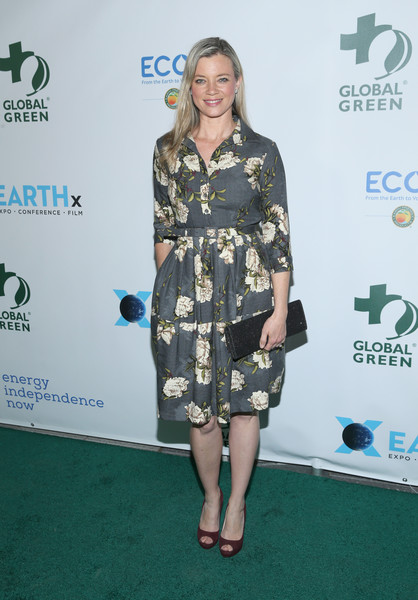 Amy Smart Suede Clutch [clothing,green,dress,carpet,fashion,red carpet,footwear,premiere,flooring,cocktail dress,arrivals,amy smart,los angeles,california,global green pre-oscar gala]