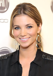 Amber Lancaster paired her sleek center part ponytail with oval tiered earrings. The actress was on hand at An Evening with Chrysler event.