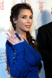 Kim Kardashian wore a lovely pair of Lorraine Schwartz dangling gemstone earrings to  match her gown.