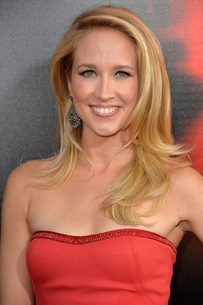 Anna Camp's blonde locks looked bouncy and fun with a choppy layered 'do.