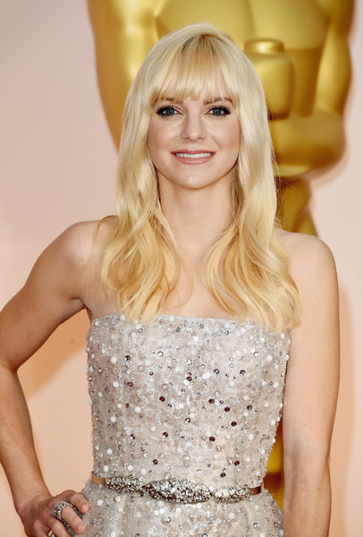 Anna Faris Long Wavy Cut with Bangs