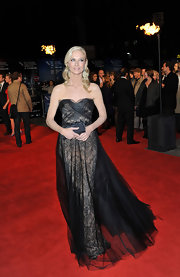Joely Richardson finished off her dramatic black tulle gown with a petite crystal inlaid box clutch.