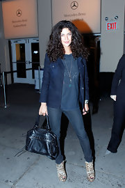 Jessica Szohr paired her casual look with a studded shoulder bag.