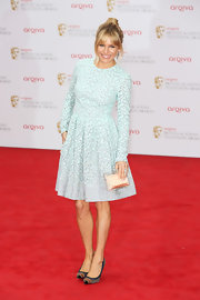 Sienna Miller looked lovely in this light blue box-pleated long-sleeve dress for her fun and flirty look at the red carpet of BAFTA TV Awards.