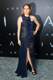 Amy Adams went the modern route in an asymmetrical, mixed-material navy gown by Versace for her 'Arrival' premiere look.
