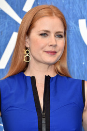 Amy Adams adorned her lobes with a pair dangling double hoops by Jennifer Meyer.