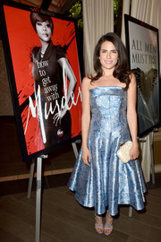 Karla Souza finished off her look with a gold and white printed clutch.