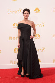 Lena Headey went for a modern vibe at the Emmys in a black Rubin Singer one-shoulder gown with an asymmetrical hem and pleated detailing.