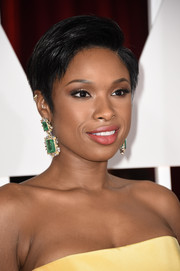 Jennifer Hudson accessorized with a gorgeous pair of Lorraine Schwartz dangling emerald and diamond earrings that contrasted beautifully with her yellow dress.