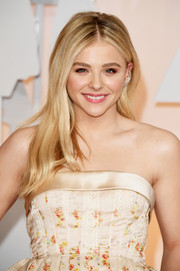 Chloe Grace Moretz sported a casual yet lovely center-parted hairstyle during the Oscars.