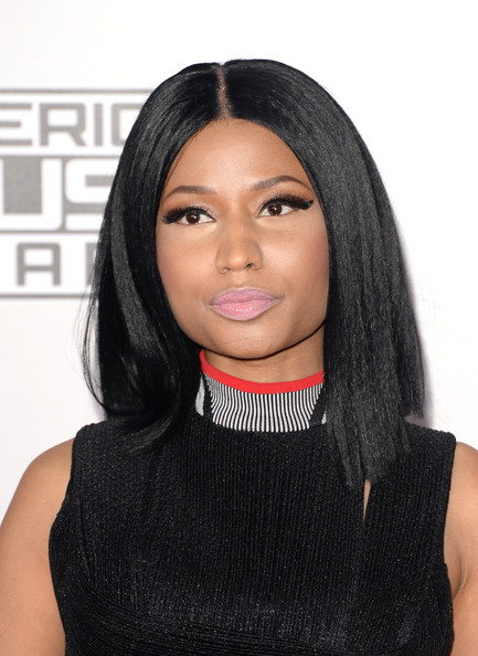 Nicki Minaj sported a super-sleek center-parted 'do at the American Music Awards.