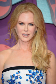 Nicole Kidman looked romantic with her tousled side sweep at the CMT Music Awards.