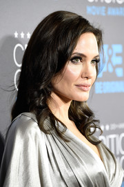 Angelina Jolie wore her hair in shiny loose curls that were in-keeping with her elegant look.