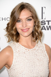 Arizona Muse sported ultra-feminine spiral curls at the Elle Style Awards.