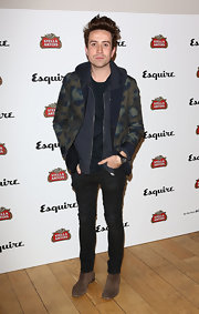 Nick Grimshaw paired a patterned blazer over a zip-up hoodie for a cool mix of dressy and casual.