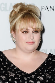 Rebel Wilson's blonde locks looked elegant and chic when pinned up in a stylish 'do.