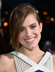 Allison Williams was edgy-chic with her ponytail and side-swept bangs at the People's Choice Awards.