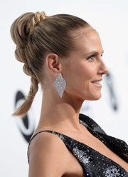 Heidi Klum topped off her look with a pair of oversized geometric earrings.