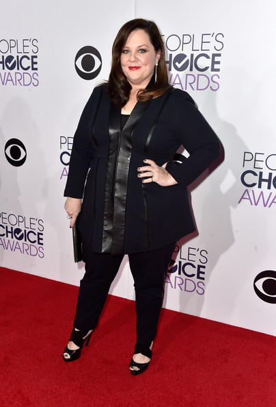 A pair of black sandals with wide crisscross straps completed Melissa McCarthy's look.