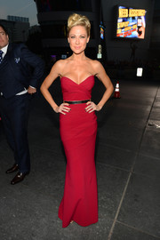Desi Lydic made an ultra-sophisticated choice with this strapless crimson column dress by Chiara Boni when she attended the People's Choice Awards.