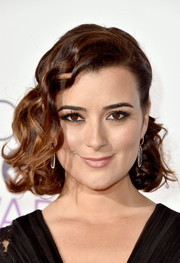 Cote de Pablo looked enchanting wearing this half-clipped hairstyle with fingerwave-style bangs at the People's Choice Awards.