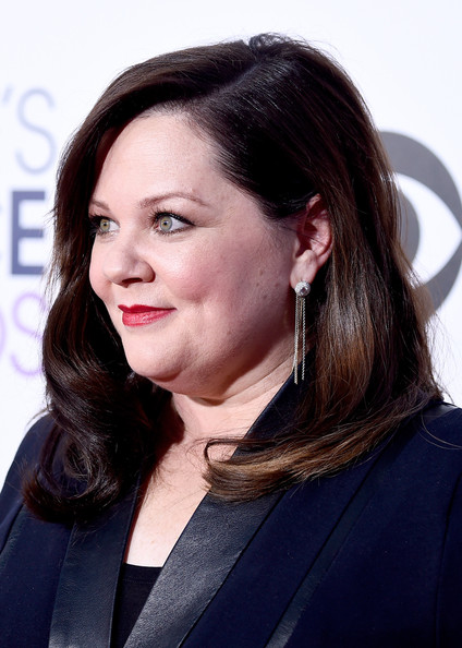Melissa McCarthy sported a side-parted hairstyle with gentle waves during the People's Choice Awards.
