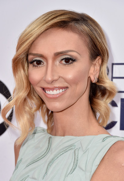Giuliana Rancic glammed up her asymmetrical bob with spiral waves for the People's Choice Awards.