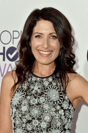 Lisa Edelstein styled her hair with a side part and feminine waves for the People's Choice Awards.