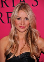 Katrina Bowden wore her locks in cascading waves at the Victoria's Secret fashion show.